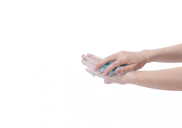 Mulher lavando a mão com barra de sabão e água. limpeza das mãos para uma boa higiene pessoal. procedimento de lavagem das mãos para matar germes, vírus, bactérias. limpando as mãos sujas.