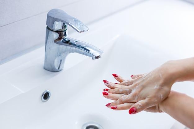 Mulher lavando as mãos isoladas sobre fundo branco