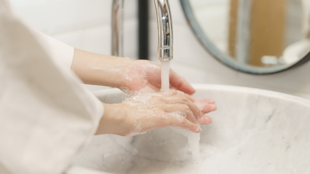 Mulher, lavando mãos, foco, dedo