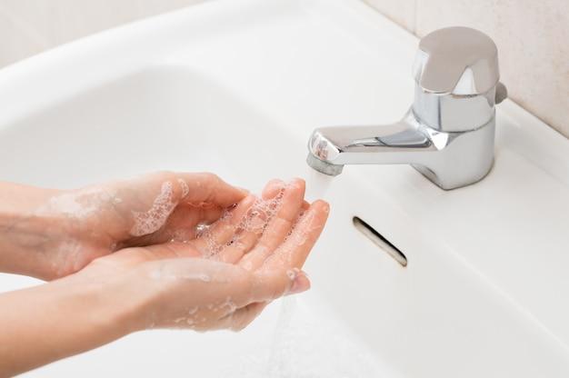 Mulher, lavando mãos