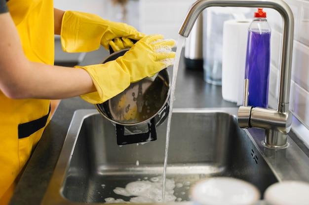 Mulher lavando pratos