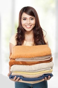 Mulher lavando roupa