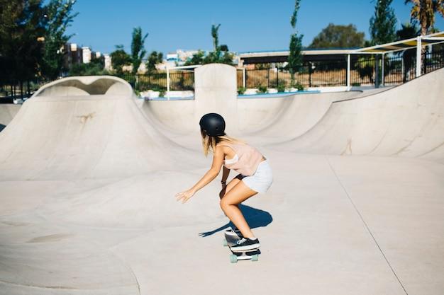 Mulher legal, skatepark e dia ensolarado