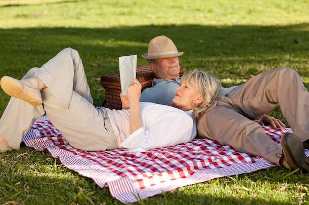 Mulher, leitura, enquanto, dela, marido, é, dormir, parque
