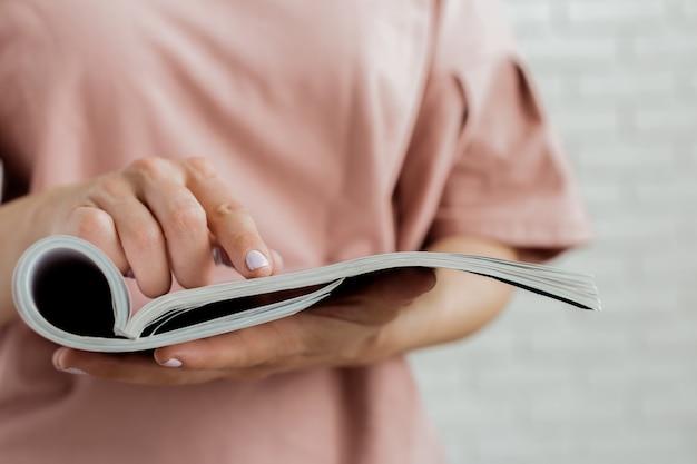 Mulher, leitura, revista