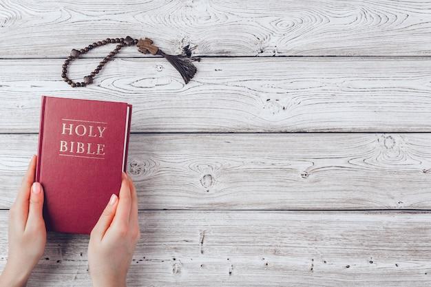 Mulher lendo a bíblia sagrada