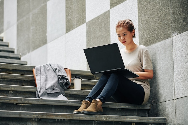 Mulher lendo artigo online