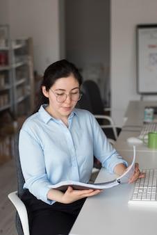 Mulher lendo documento de alto ângulo