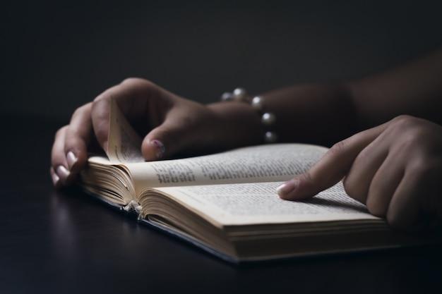 Mulher lendo e estudando a bíblia.