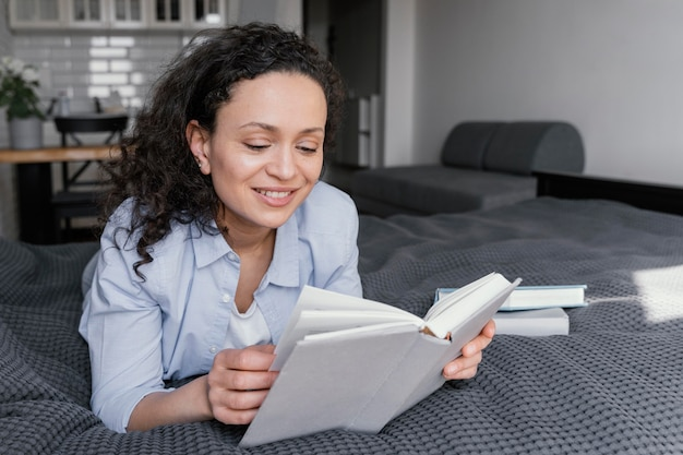 Mulher lendo foto completa dentro de casa