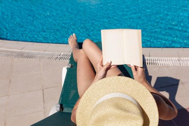 Mulher lendo livro deitado no salão