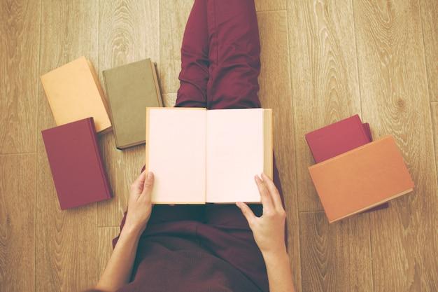 Mulher, lendo livro