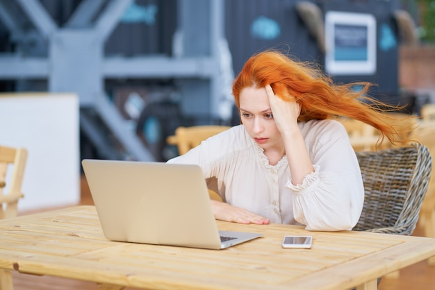 Mulher lendo notícias no laptop