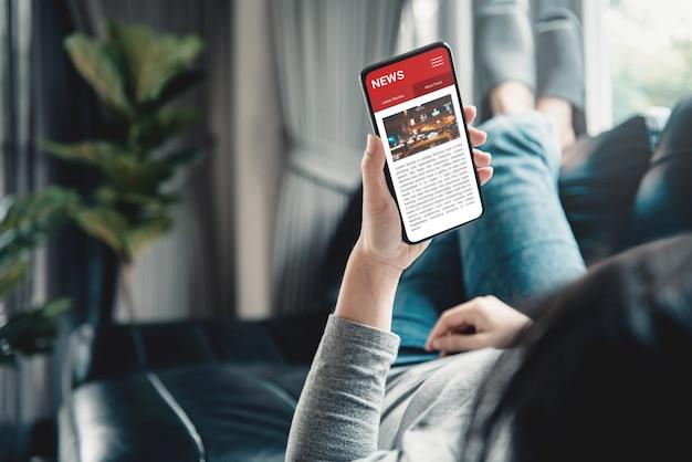 Mulher lendo notícias ou artigos em um telefone celular.