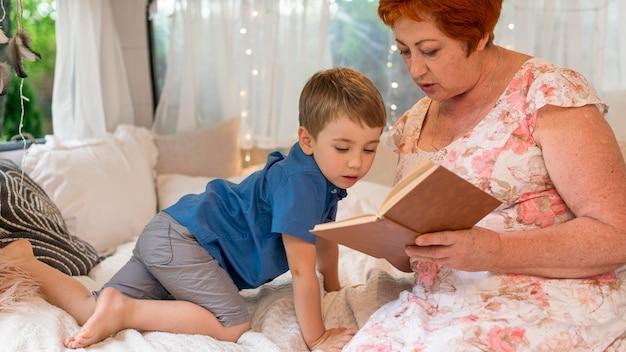 Mulher lendo para o neto em uma caravana