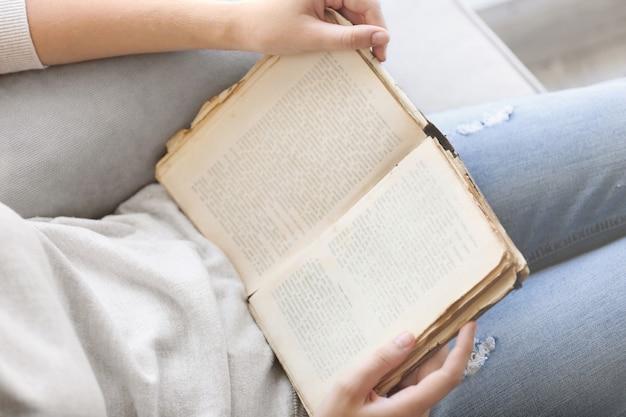 Mulher lendo um livro antigo