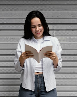 Mulher lendo um livro interessante Foto gratuita