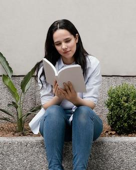 Mulher lendo um livro interessante