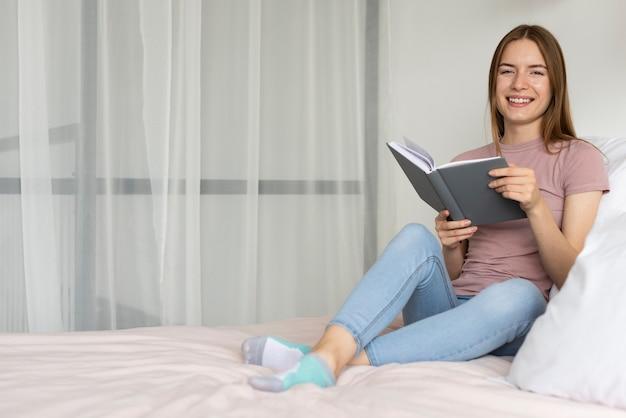 Mulher lendo um livro na cama