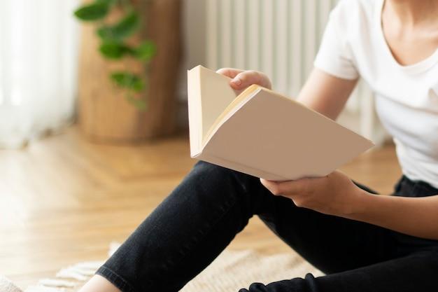 Mulher lendo um livro sentada no chão