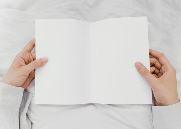 Mulher lendo um livro sozinha Foto gratuita