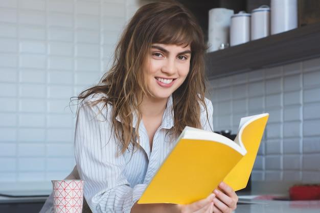 Mulher, lendo um livro