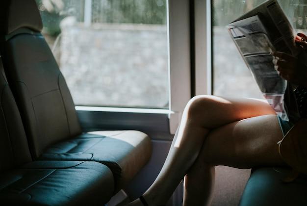 Mulher, lendo uma notícia, ligado, um, autocarro