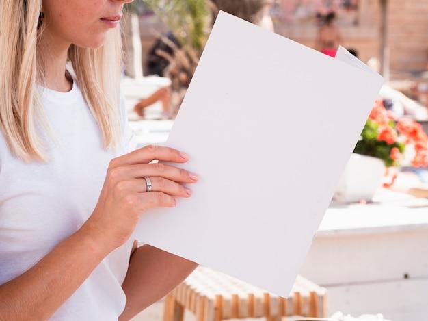 Mulher lendo uma revista de maquete