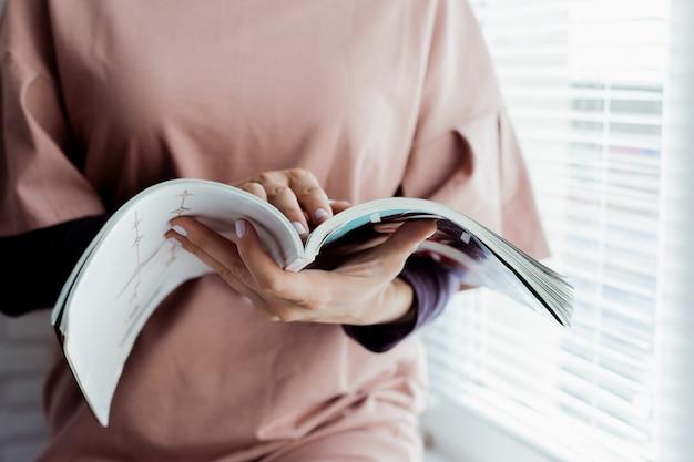 Mulher lendo uma revista