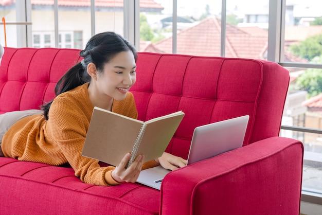 Mulher ler diário e trabalhar