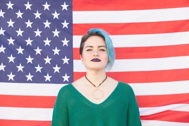 Mulher lésbica andrógina isolada em uma bandeira dos estados unidos da américa