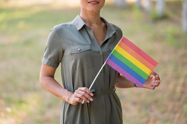 Mulher lésbica com bandeira close-up