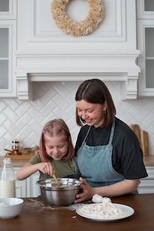 Mulher lésbica cozinhando com a filha
