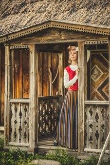 Mulher letã com roupas tradicionais