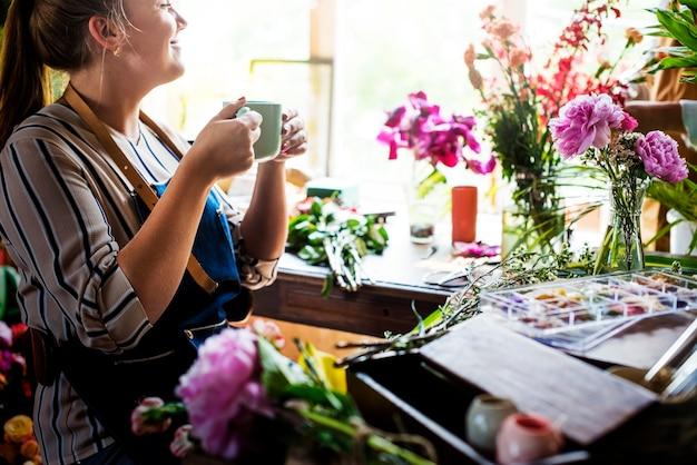 Mulher, leva, café, partir, flor, loja