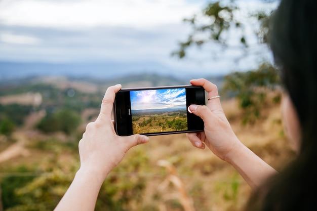 Mulher, levando, foto, com, dela, telefone móvel