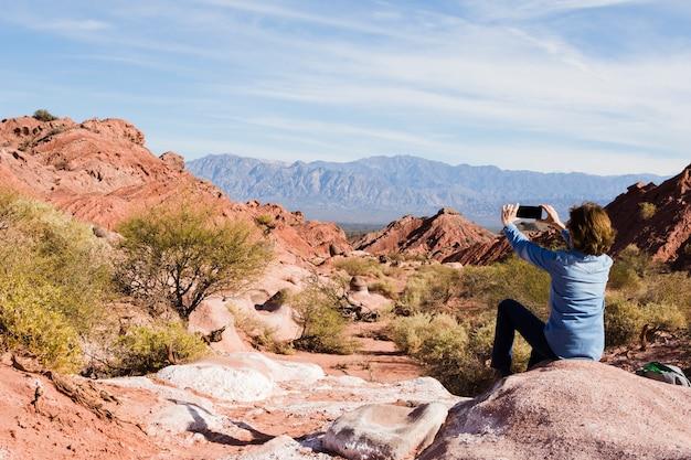 Mulher, levando, foto, de, paisagem montanha