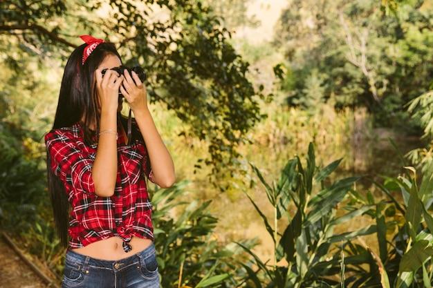 Mulher, levando, fotografia, com, câmera, em, floresta