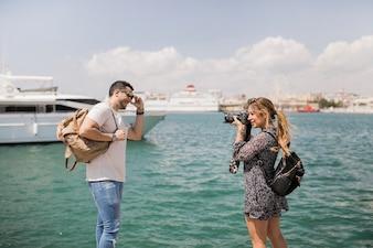 Mulher, levando, fotografia, de, dela, namorado, ligado, câmera, perto, a, mar