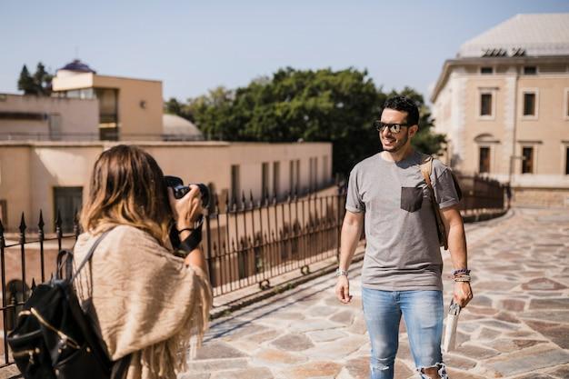 Mulher, levando, fotografia, de, dela, namorado, ligado, câmera