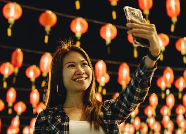 Mulher, levando, selfie, em, lanterna, festval