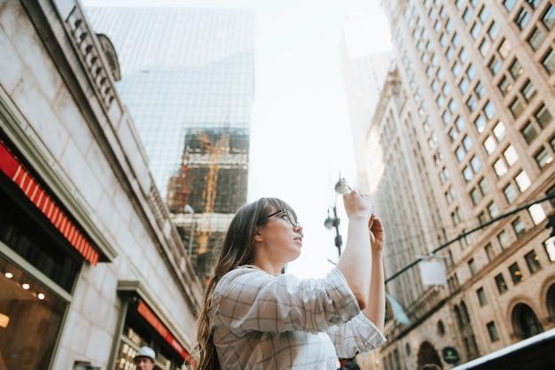 Mulher, levando, um, foto, de, a, vista, em, cidade nova iorque, eua