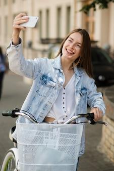 Mulher, levando, um, selfie, com, dela, bicicleta