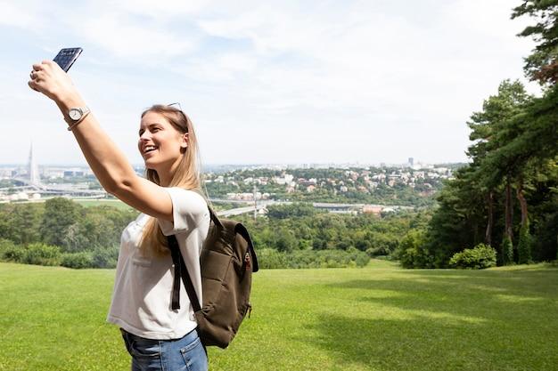 Mulher, levando, um, selfie, mesma