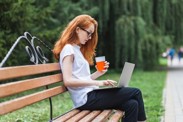 Mulher, ligado, banco, com, laptop, e, suco