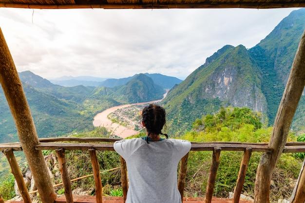 Mulher, ligado, madeira, sacada, conquistar, topo montanha, em, nong, khiaw, nam, ou, vale rio, laos
