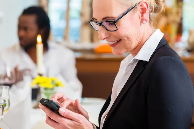Mulher, ligado, negócio, almoço, verificar, mails, telefone