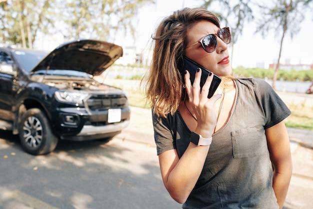 Mulher ligando para o seguro de automóveis
