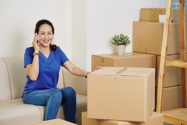 Mulher ligando para uma empresa de serviços de mudança