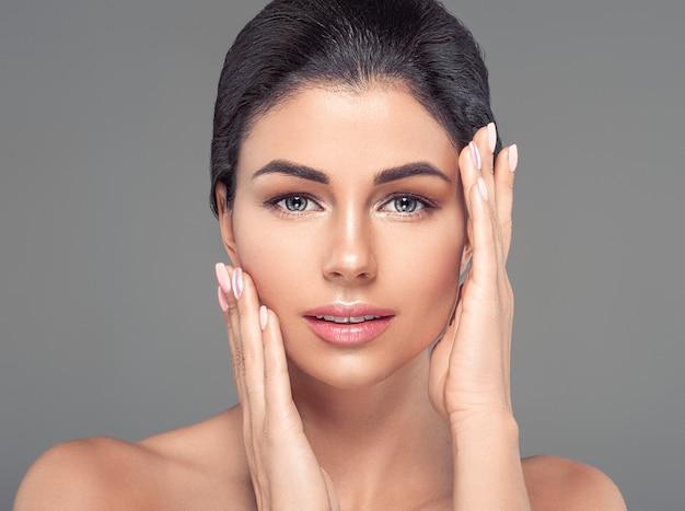 Mulher limpa, fresca, saudável, pele, natural, moda, nudez, maquiagem, sobre, cinza, fundo, manicure, mãos, tocando, rosto